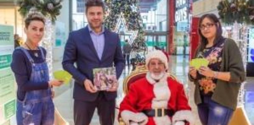 Parquesur organiza una merienda solidaria en la casita de Papá Noel para los niños de la CEMU y hace entrega de bonos canjeables en las tiendas de Humana