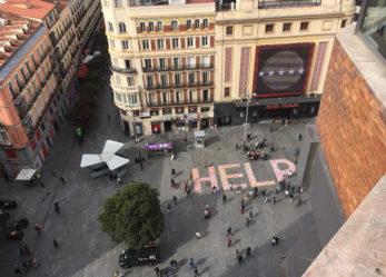 """Más de cien kilos de anuncios de prostitución para formar un """"help"""" gigante contra la trata"""