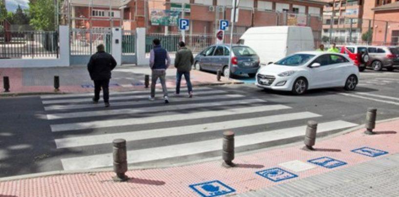 El Ayuntamiento de Leganés comienza a señalizar con pictogramas los pasos de cebra de los colegios con aula TEA