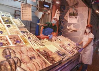 El Ayuntamiento de Leganés y la Unión de Empresarios de Leganés (UNELE) entregan 350 viseras protectoras a los comercios del mercado de Sanabria