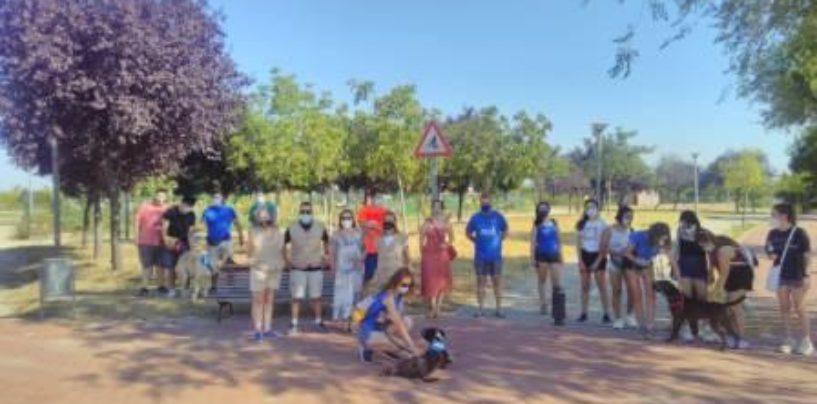 Más de 30 personas y una quincena de perros disfrutaron de la ruta canina en plena naturaleza en Leganés