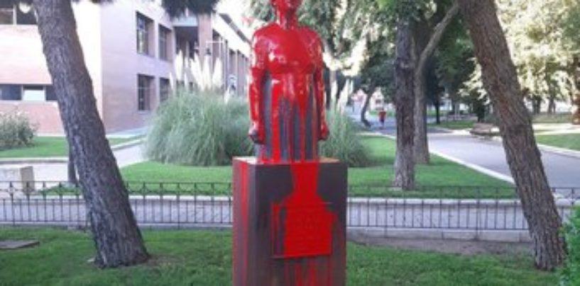 El busto de Dolores Ibárruri La Pasionaria ha amanecido pintado