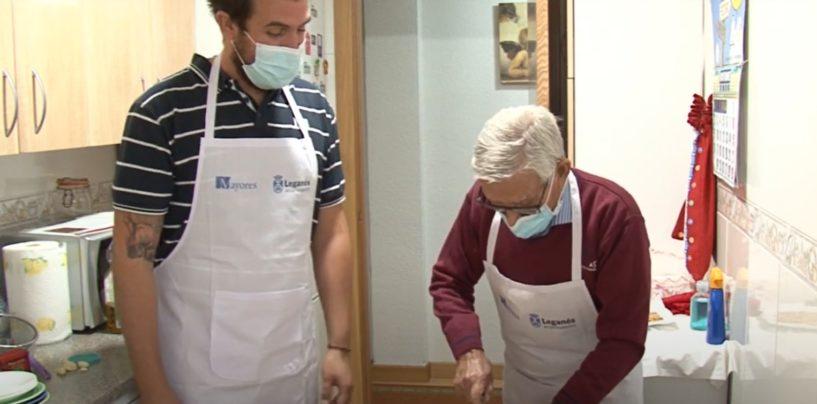 Leganés enseña a cocinar a hombres mayores de 65 años que se han quedado solos